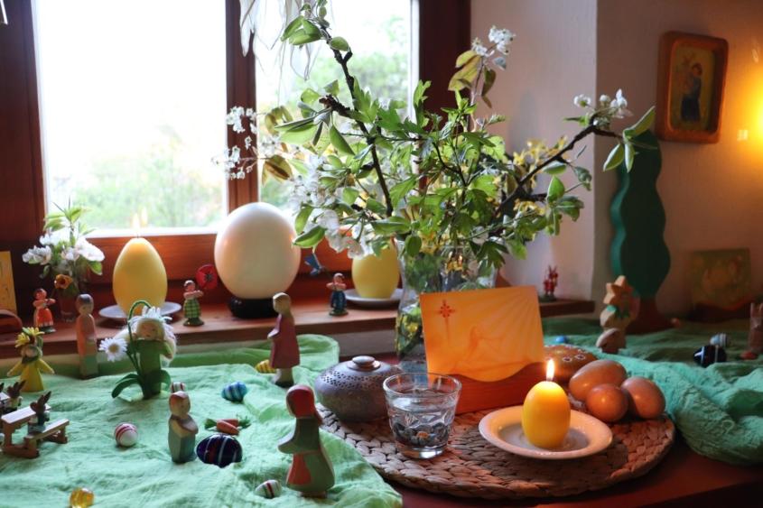 Unser Jahreszeitentisch in der Osterzeit Jahreszeitentisch Ostern Osterzeit Seasontable Seasonstable Naturetable Jahreszeiten Waldorf Waldorfheim Waldorfleben Waldorfzuhause Ostheimer