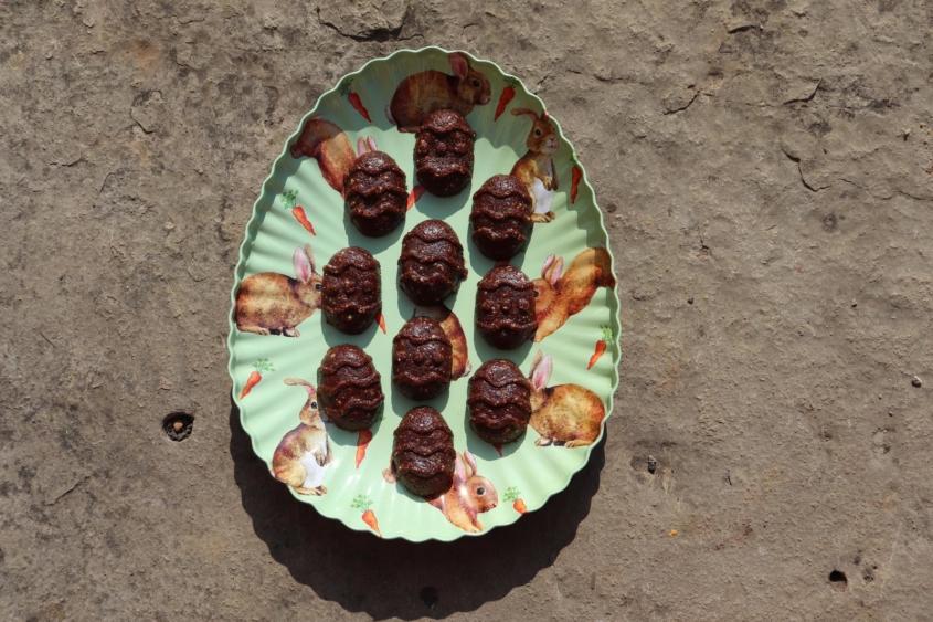 Schoko-Erdnuss-Energiekugeln Schoko-Erdnuß-Energiebällchen Snickers-Kugeln Energiekugeln Energiebällchen Energyballs gesunde Süßigkeiten gesunde Ostereier gesund naschen industriezuckerfrei zuckerfrei zuckerfreie Ostereier unverpacktes Osterfest unverpacktes Ostern vegan vegane Ostereier 